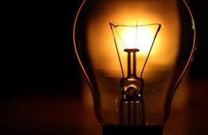 Elektros energijos kaina verslui mažėja
